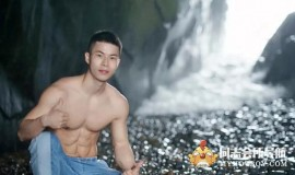 健身帅哥,海边大秀肌肉,这腹肌还可以吧