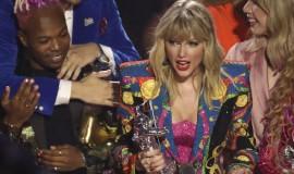 歌手Taylor Swift获MTV大奖,颁奖典礼演唱和发言力挺LGBT平权