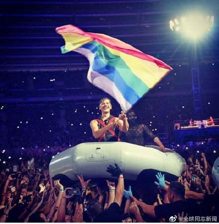 反抗俄国恐同法律,德国战车乐队在莫斯科的演唱会上同性接吻 同志新闻 第4张