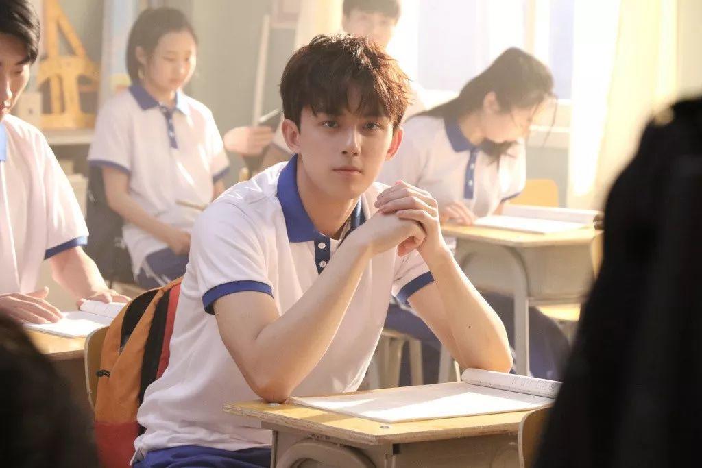 吴磊上综艺吊威亚引网友围观,白衬衫正装照刷屏了!