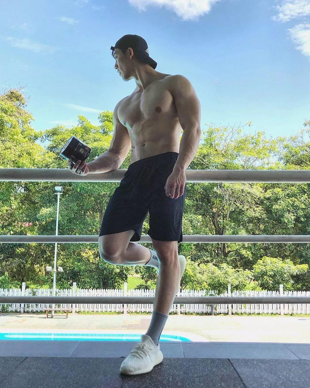 筋肉小狼狗泳池硬照一览!