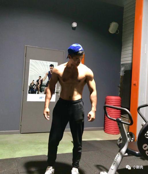 超帅正装机长爆红网络,这筋肉身材实在是太Man了!