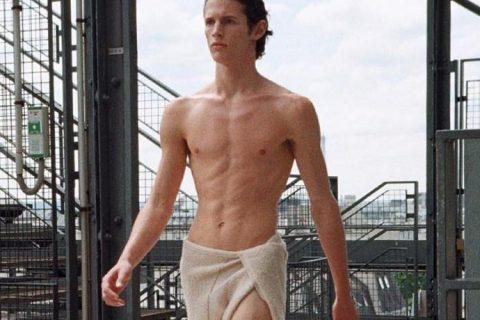 肌肉男孩围着浴巾走秀,这场秀也太性感了吧!