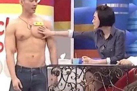 健身帅哥被小S现场检胸,手感满分超结实!
