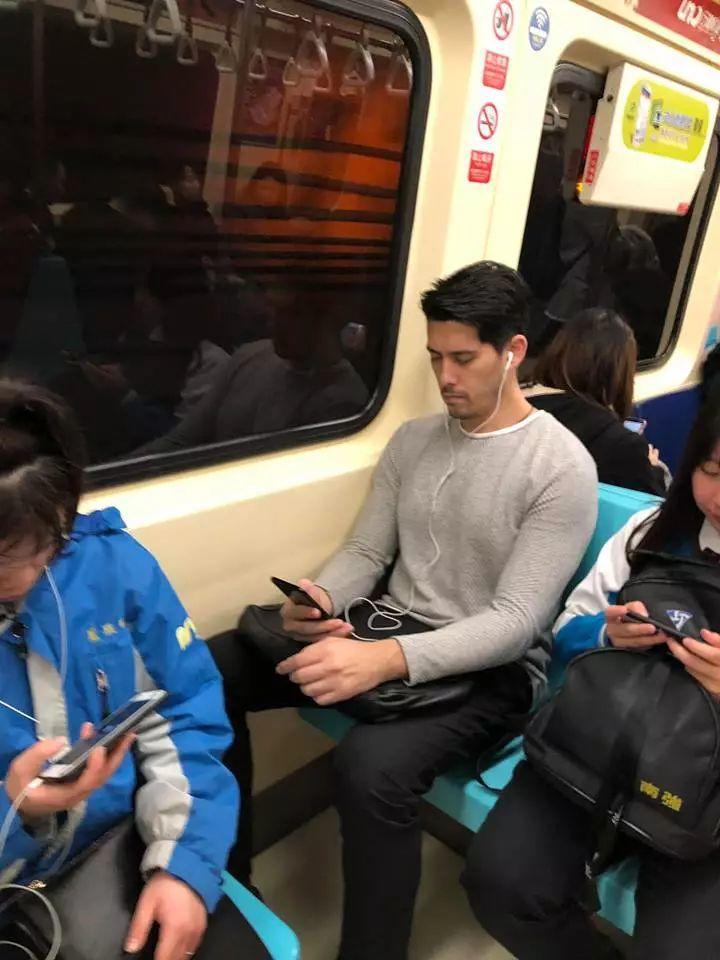 地铁正装帅哥被抓拍,颜值炸了丝毫不输明星鲜肉