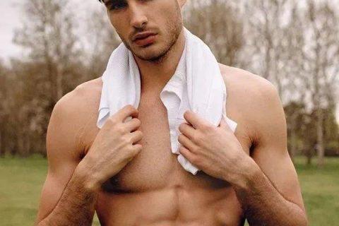 这个奥地利男模在网上发自拍被星探看中,从此成为时装周的热门!