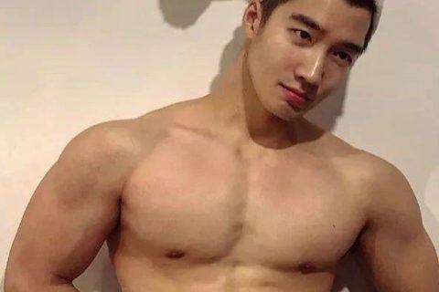 来自韩国的平面模特,谁会拒绝这样一个倒三角身材的男人呢?