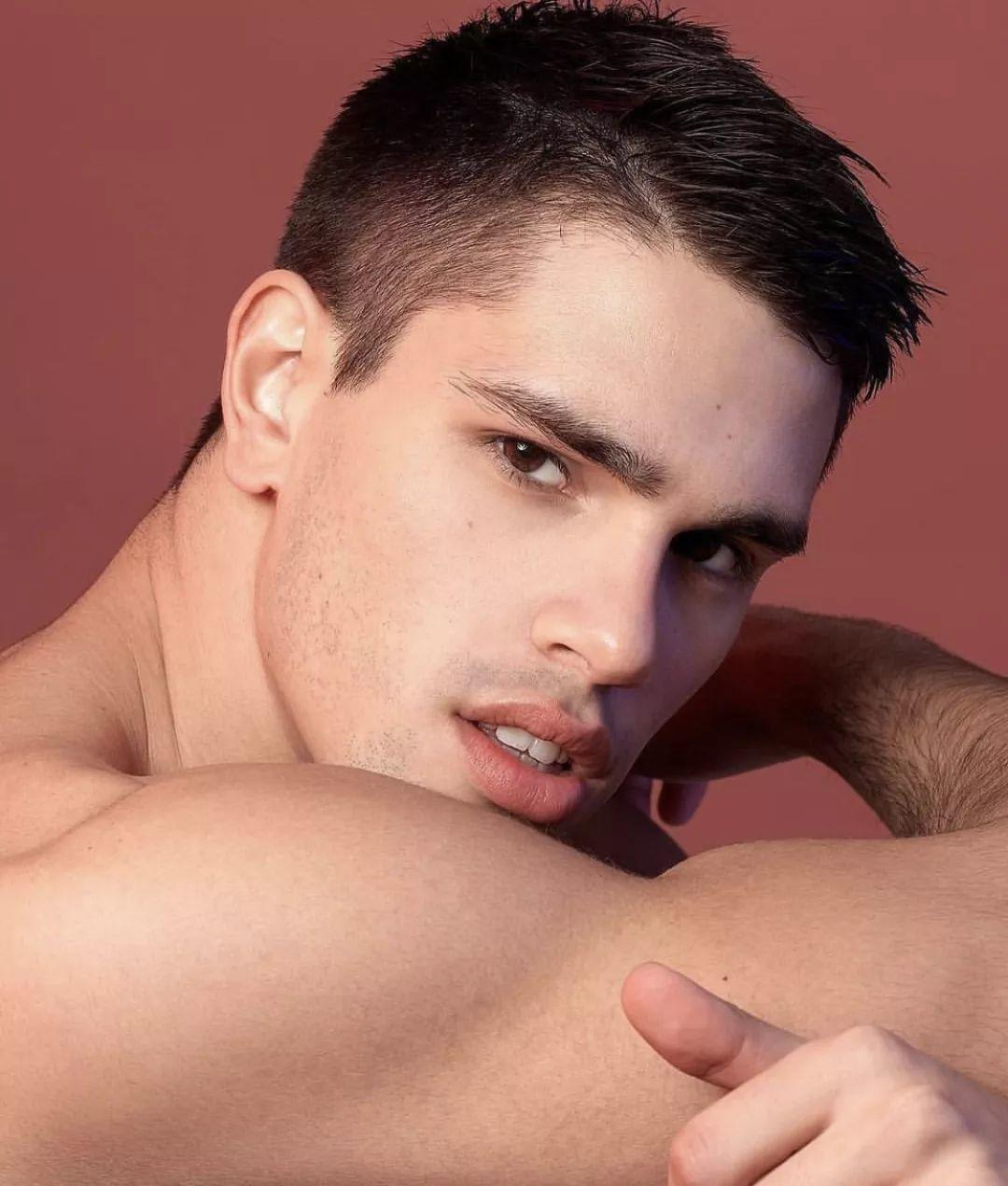 这个男模虽然不走秀,但是一个眼神就能勾走你的心!