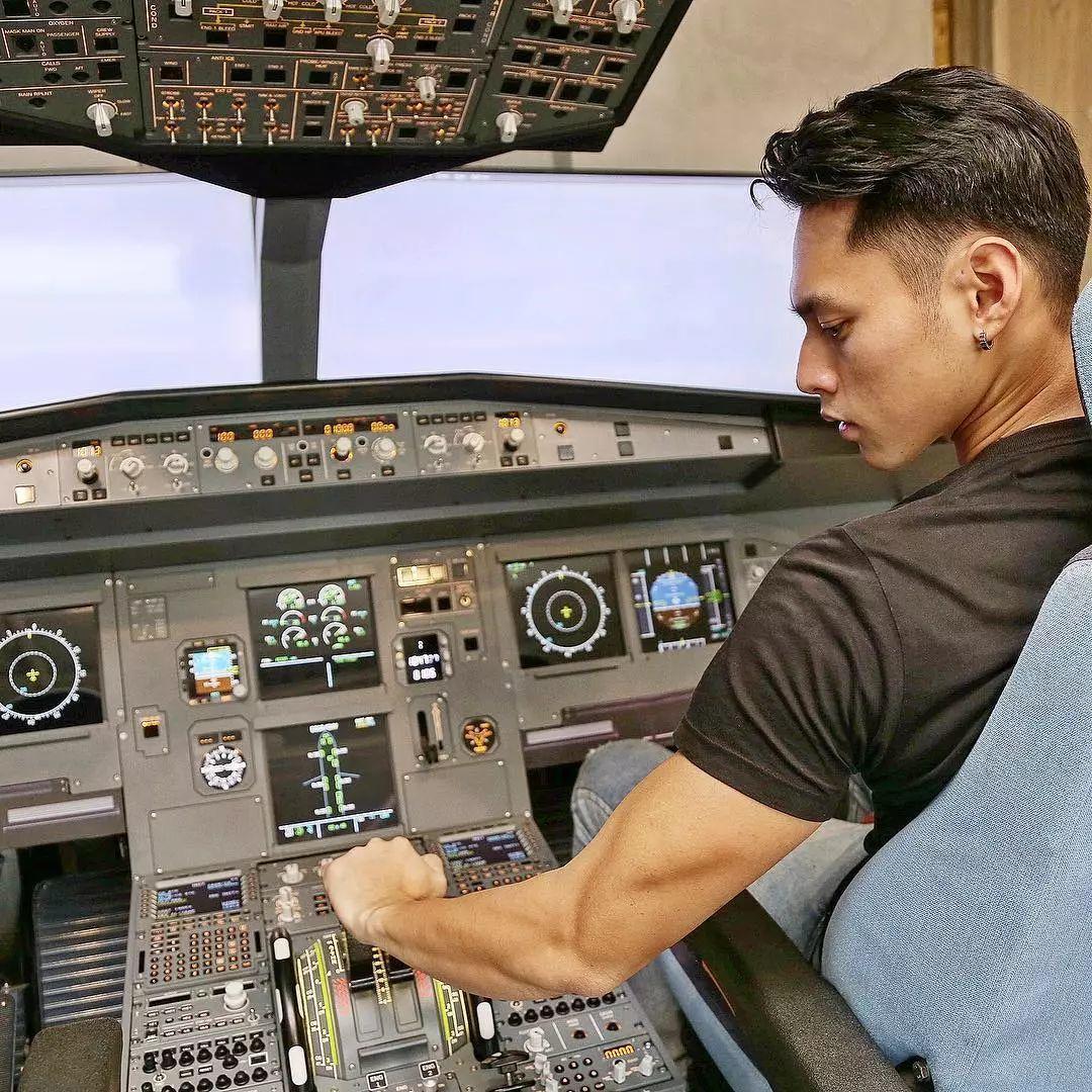 全能体育生:2米高、大长腿还能开飞机!