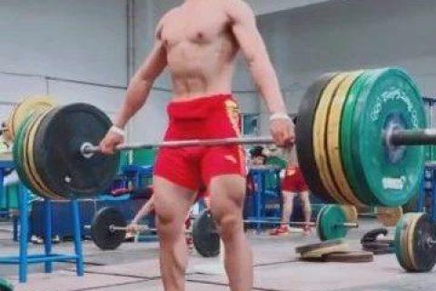 举重运动员的裤子太紧了,特别是在发力的时候