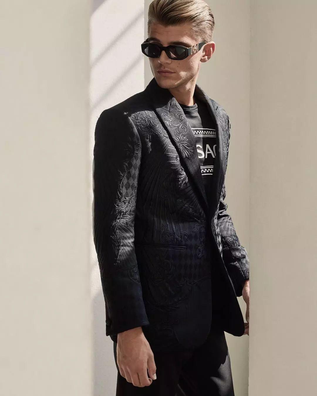 被嘲笑路人长相的搞笑网红Twan Kuyper,成为Versace代言人