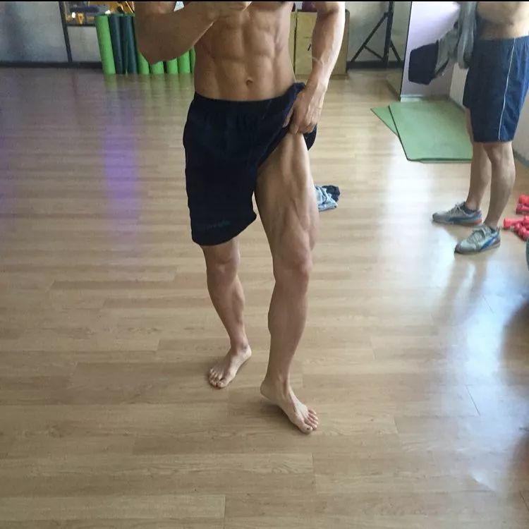 翘屁熟男岔开双腿拍照!比大长腿更抢镜的是……