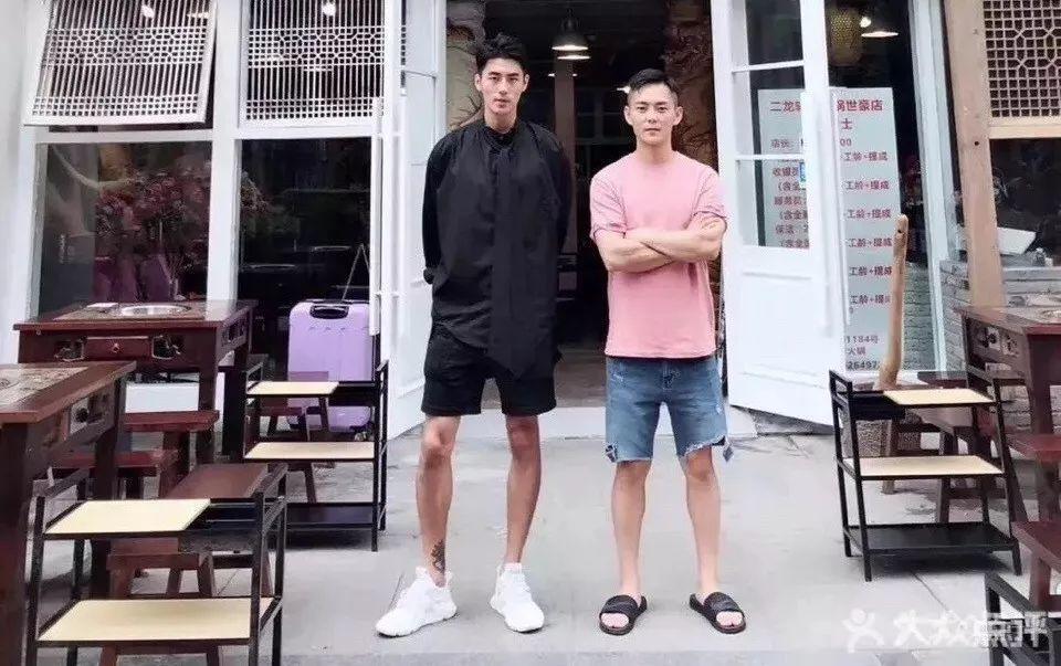 成都最帅火锅店老板走红,大长腿自带一身腱子肉!
