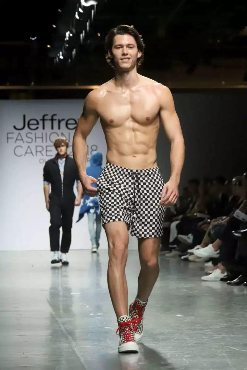 男版维密最Sex瞬间:他的肉体,连走秀的男模都忍不住要回头看!