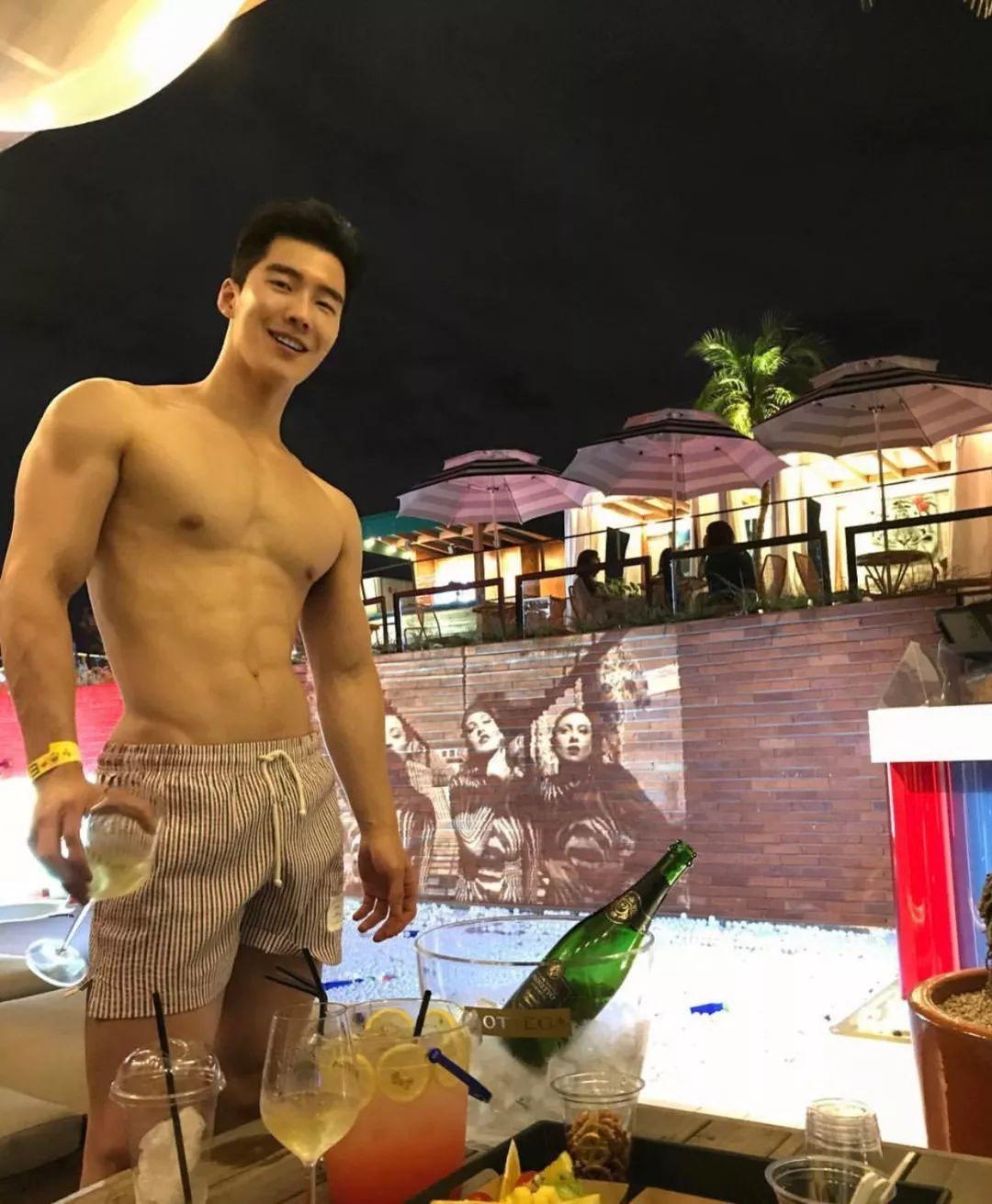 专访网红天菜,觊觎他的肉体很久了!