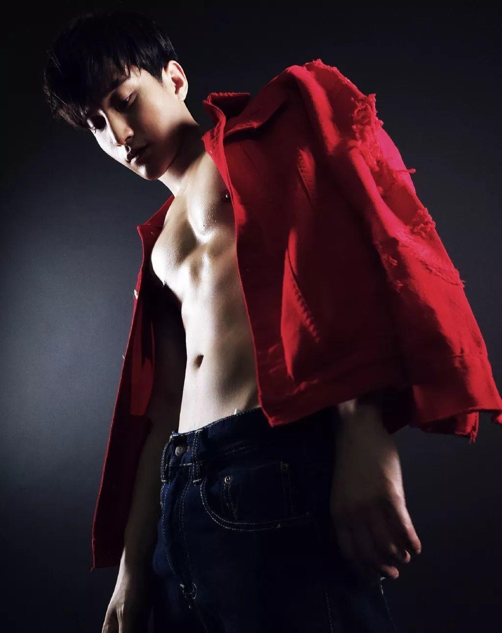 与吴尊同框自带大胸翘臀,如今的男艺人身材也太正了吧!