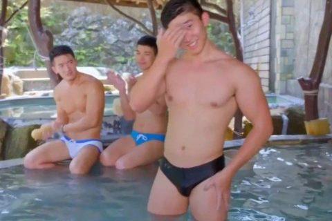 鲜肉猛男扎堆三温暖,开播就是高能澡堂戏?