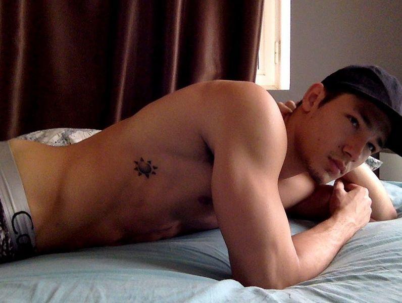 混血男模床上照一览!这种角度的照片自寻亮点