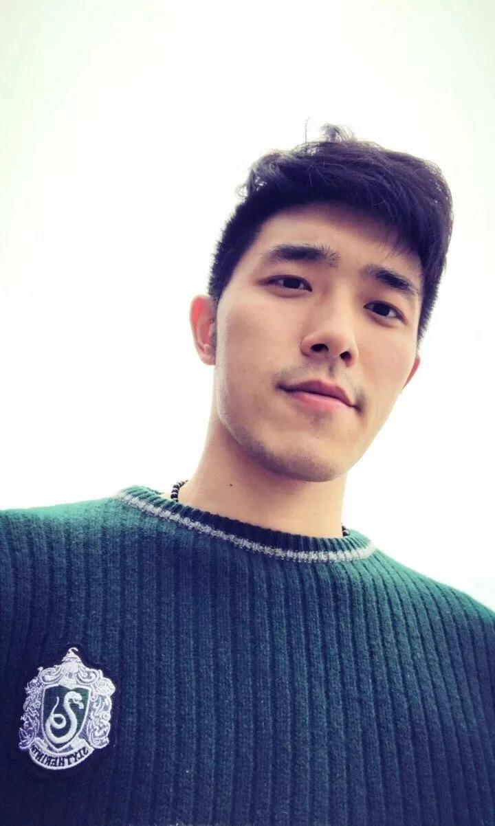2米10的篮球中锋火了,逆袭成男神不输彭于晏!