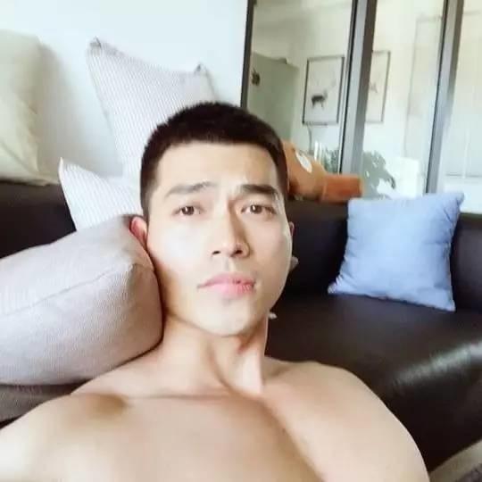 这个爱拍小视频的肌肉男终于被网友扒出来了!