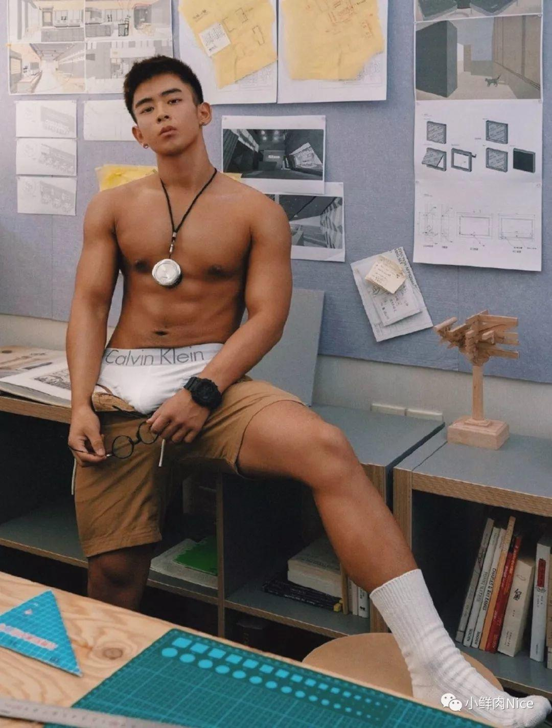 体育生光膀子来上课,肌肉身材一览无余