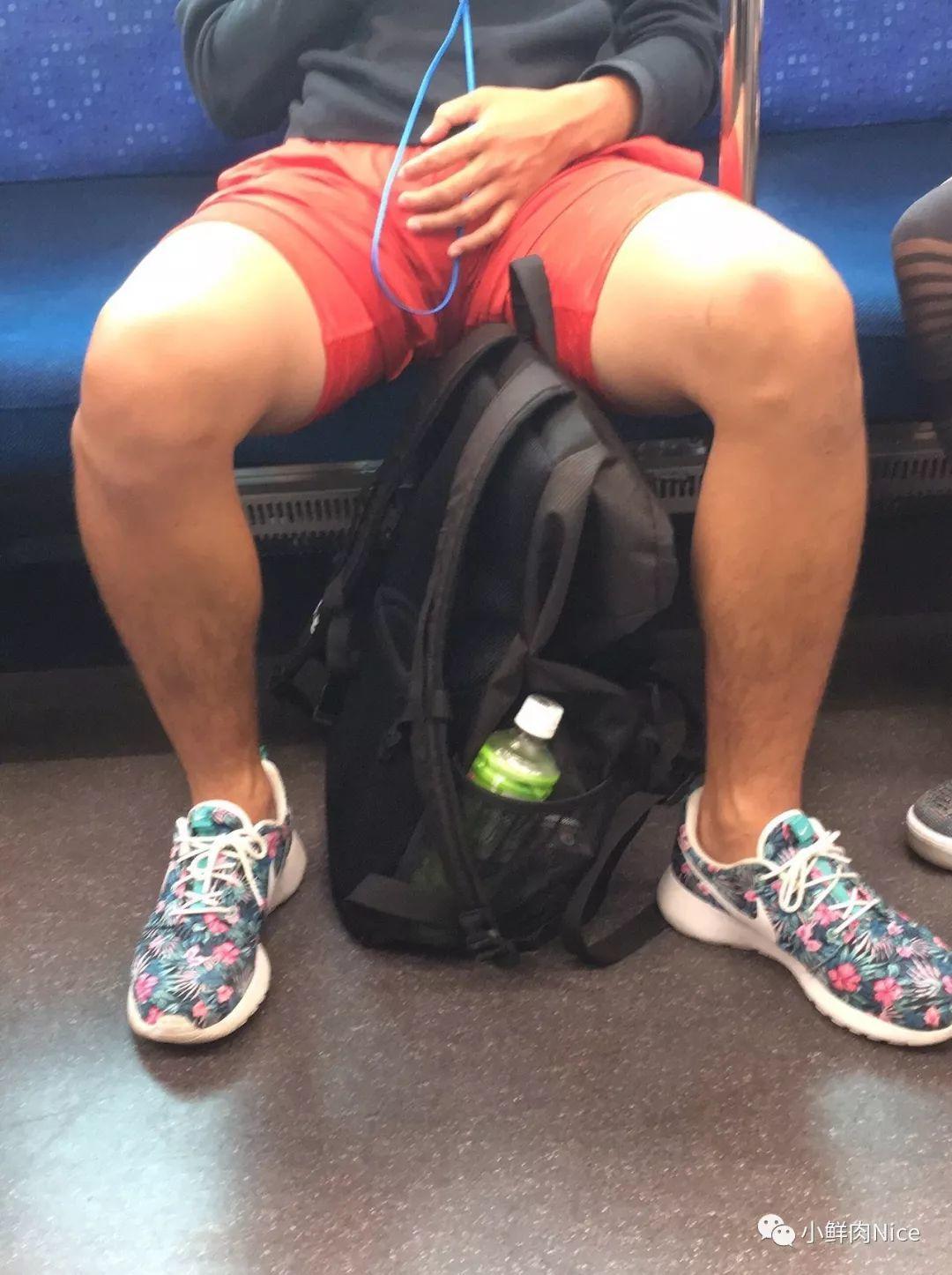 地铁男偷看XX视频,结果把自己看石更了
