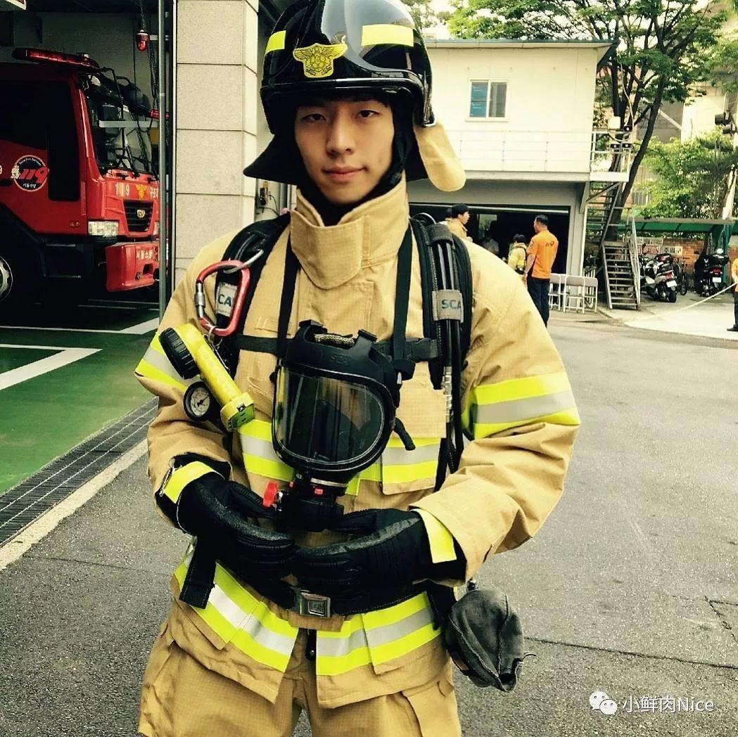 对八块腹肌的消防员,真的毫无抵抗力啊!