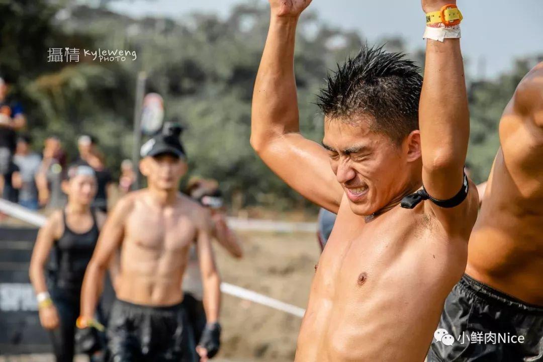 烈日运动场上的肌肉百态!