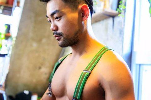 咖啡店老板穿吊带装营业,结实胸肌一览无余~