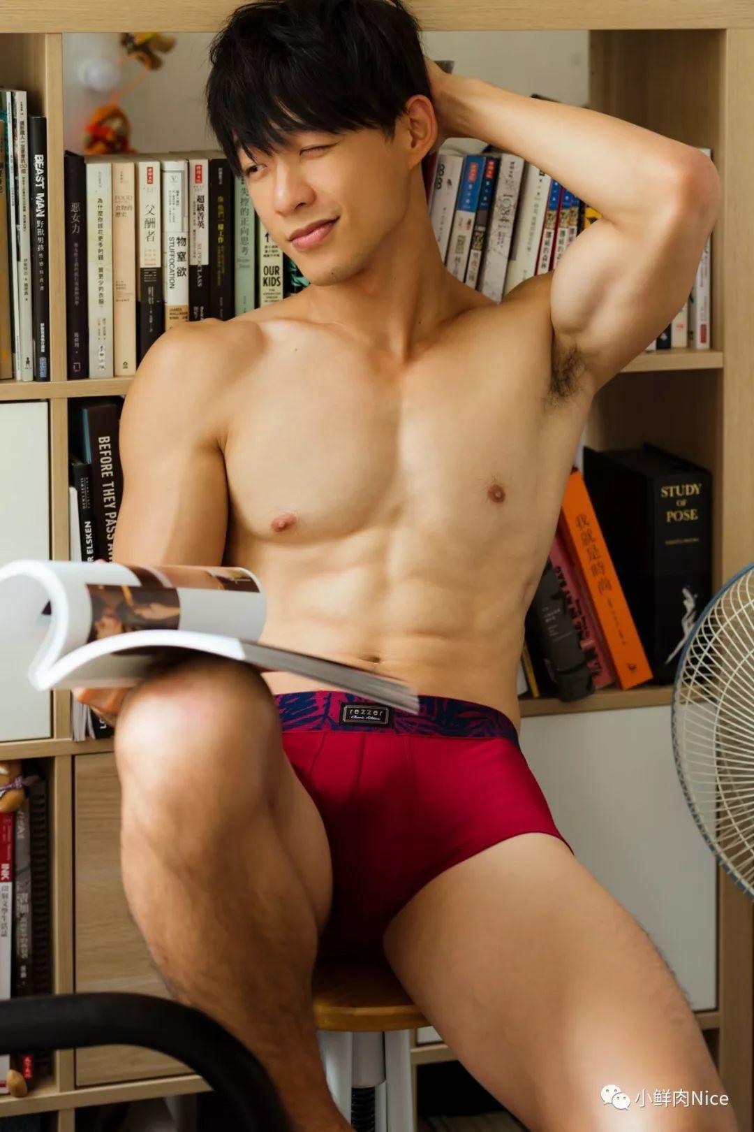 大包游泳教练在你家书房看书~
