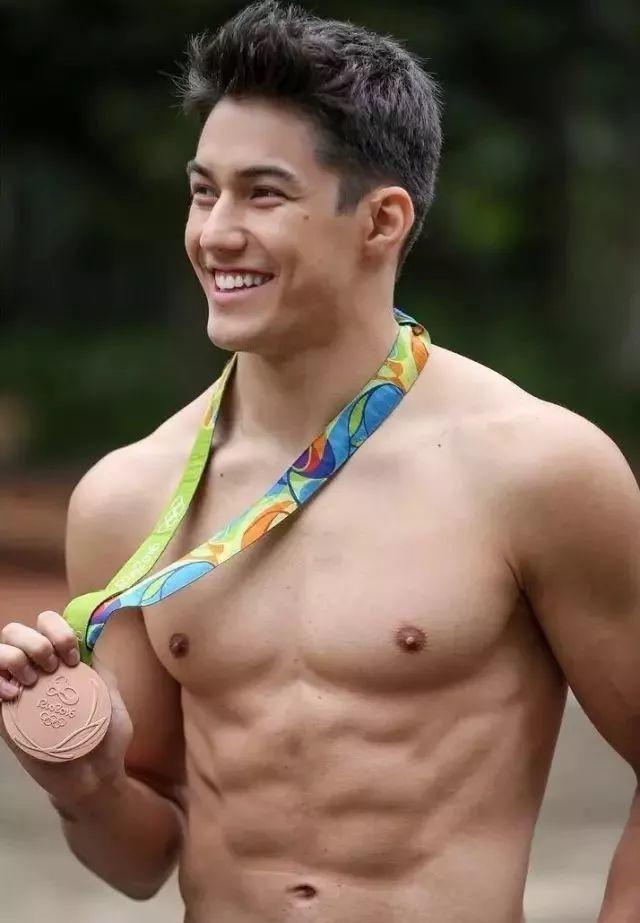 身材再好的体操运动员,也只能噜噜噜解乏~