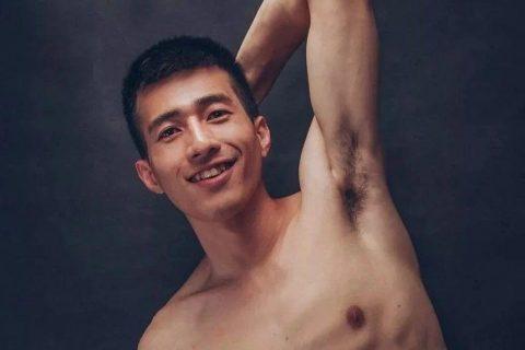 笑容诡异的健身男孩。