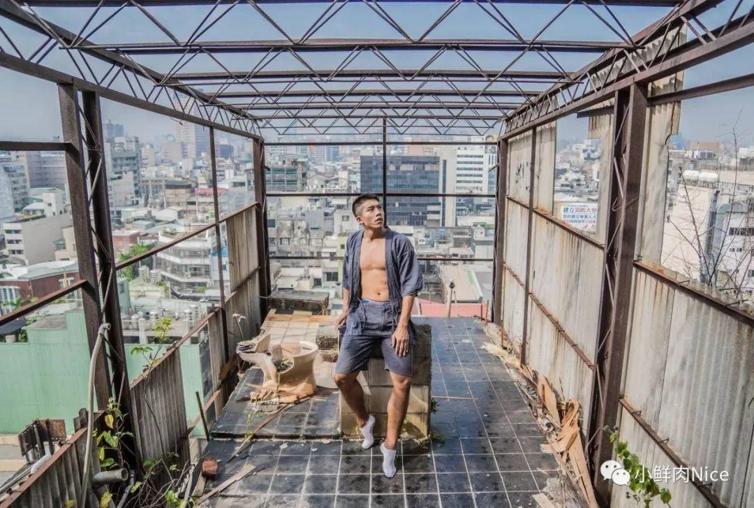 内裤男模跑到危房拍写真,这胆子也是够大的