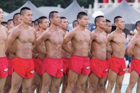 100个肌肉男在烈日被调教!汗如雨下