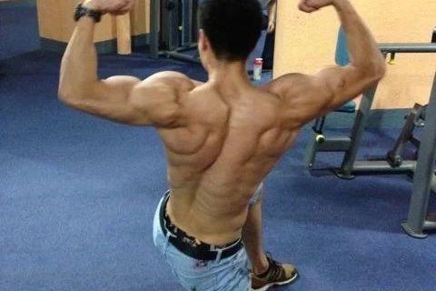 健身房的一个肌肉教练,身材很不错