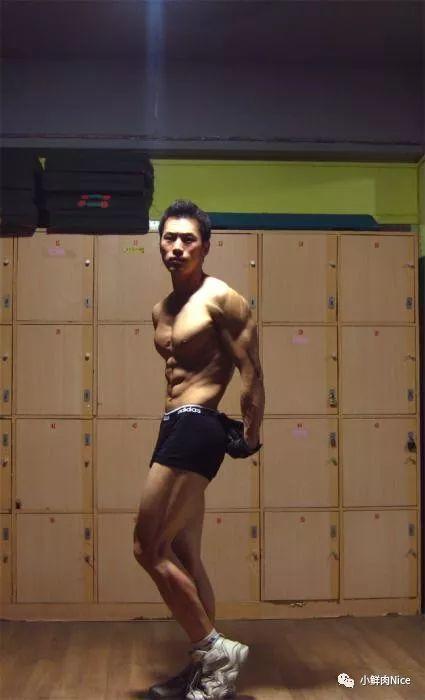 试衣间拍摄的肌肉男,身材比例好完美