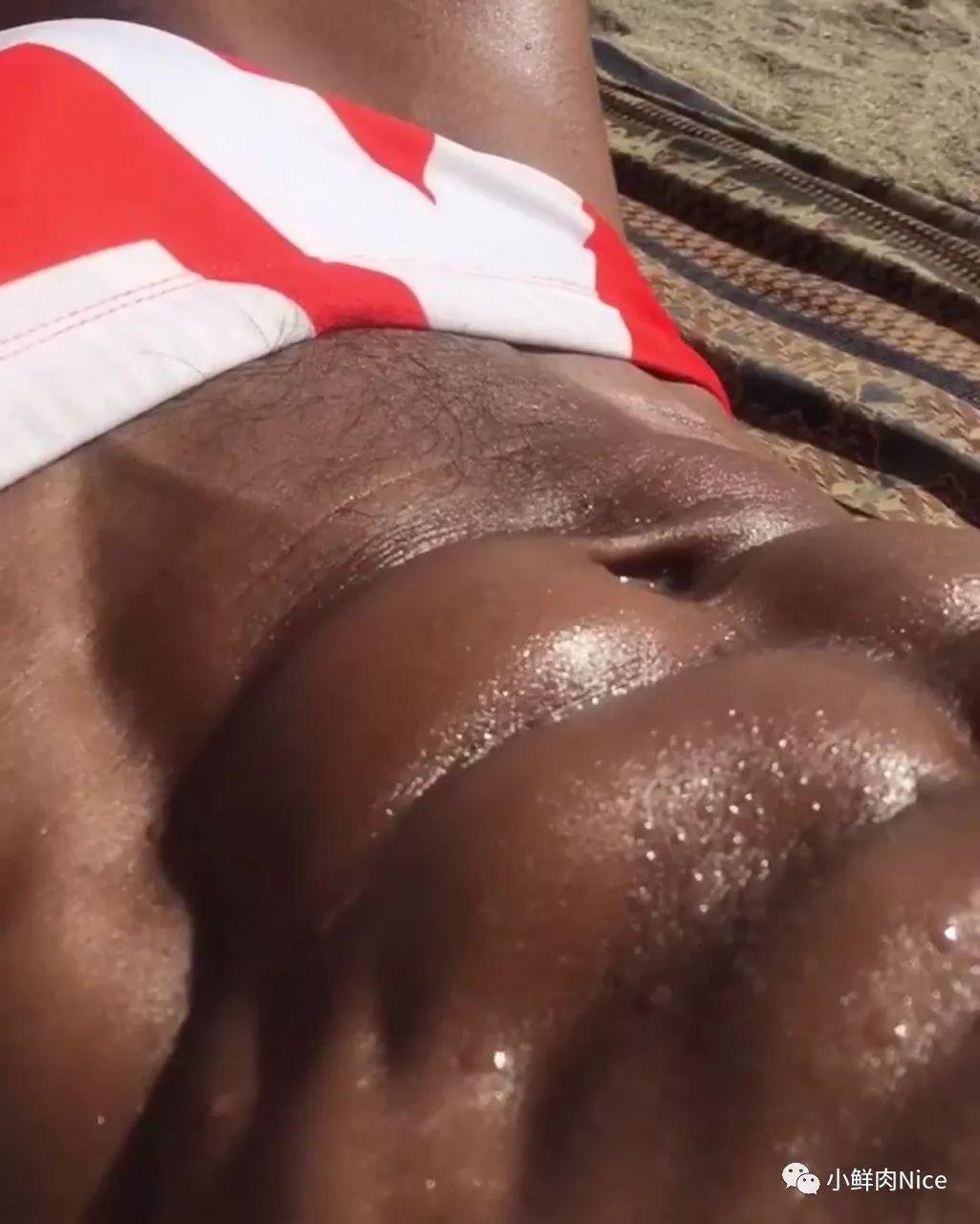 腹肌上的汗水特写。