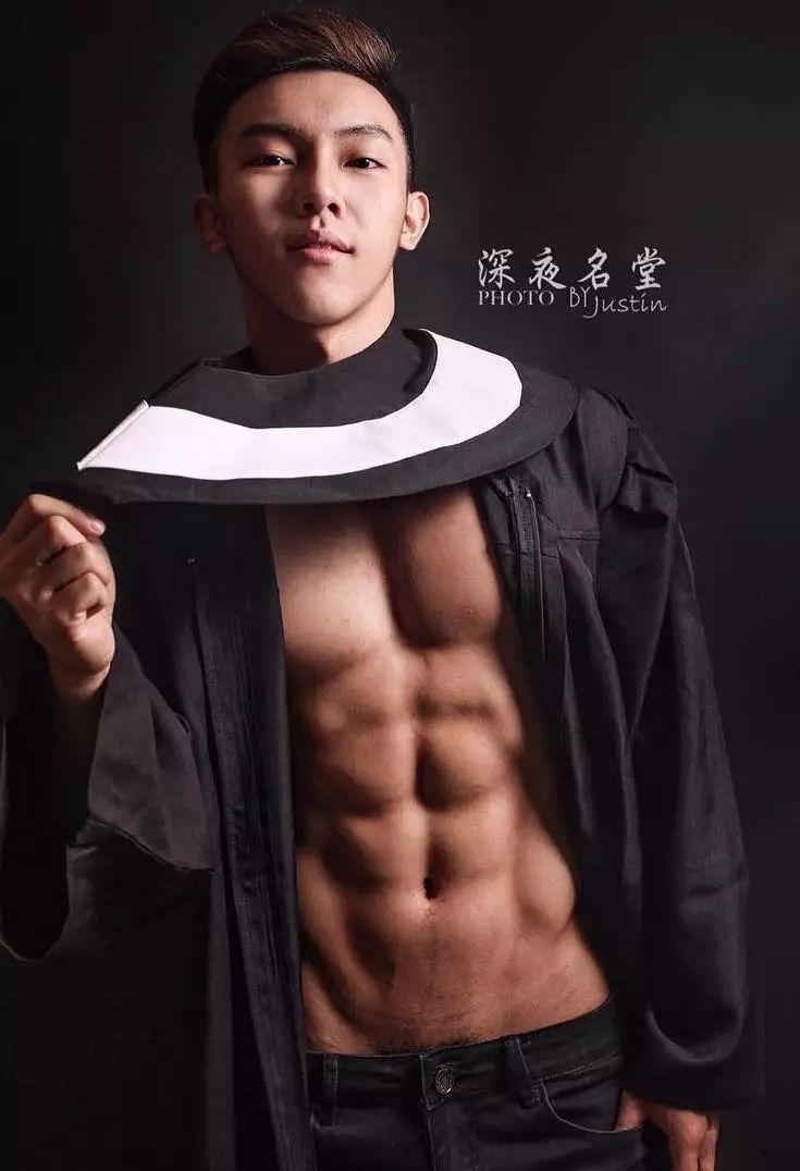 能把学士服穿得这么性感,也是没谁了