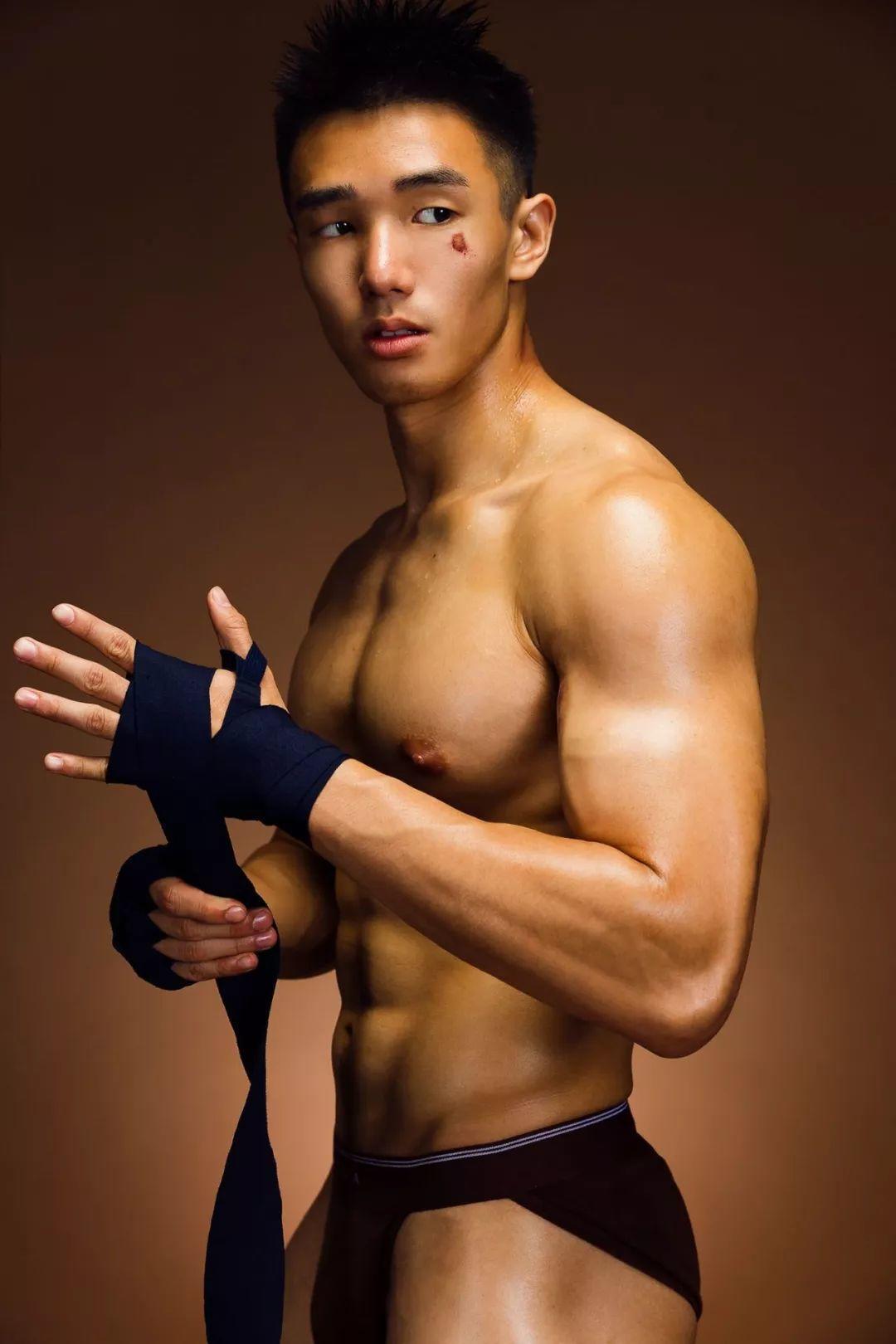 拳击男孩的写真初体验。