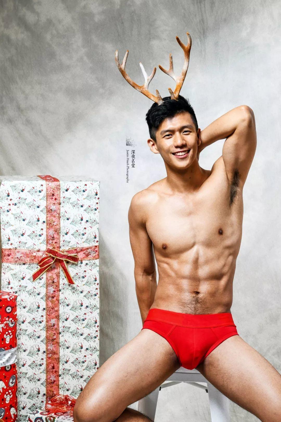 肌肉版圣诞老人引爆网络,健美身材还代言约会软件~