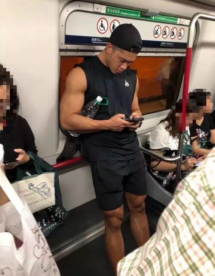 坐地铁为何穿得这么浪?帅哥小钢炮一网打尽