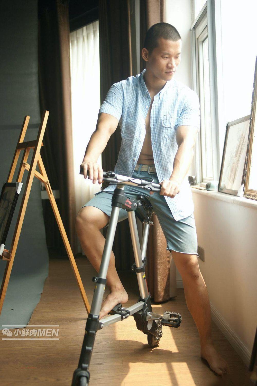 农村小伙为钱做画室模特。