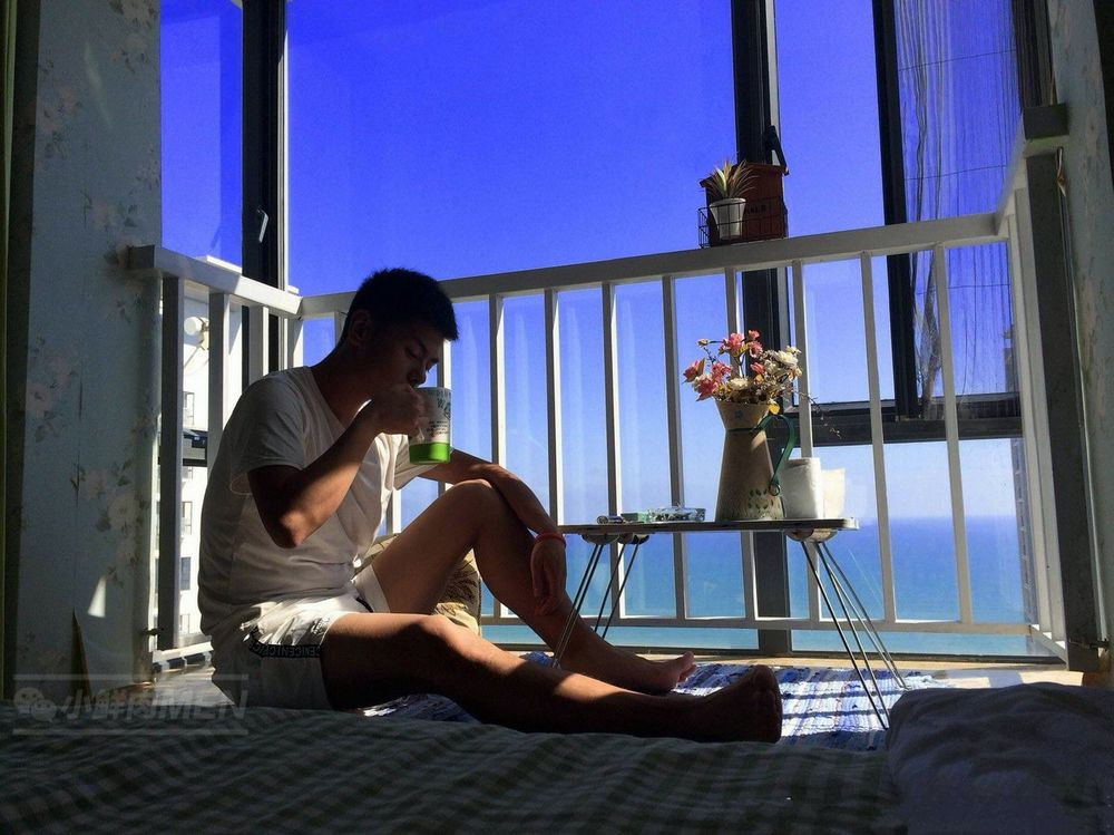 午后阳光下的邻家男孩