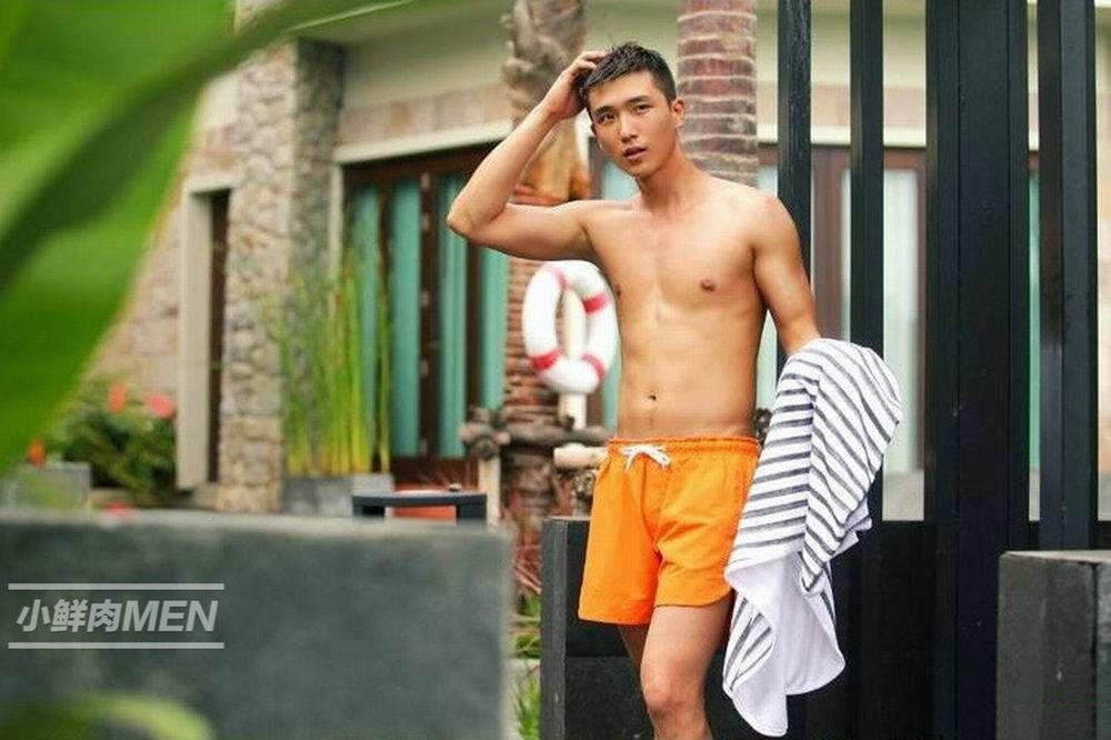 阳光肌肉大男孩。