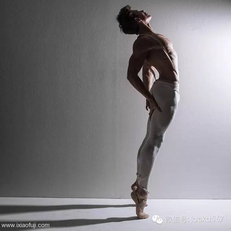 一个骚气的芭蕾舞男演员,玩臀吗少年