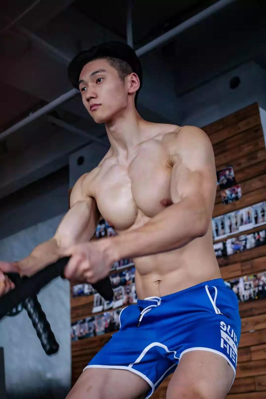 185健身男孩来袭!身材太好连自己都喜欢~【微博:大耳朵图图的壮壮哥 】