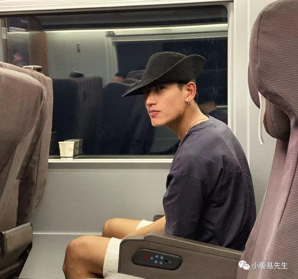 高铁偶遇帅气小哥,私下竟然如此有料【微博:阿罗英付】