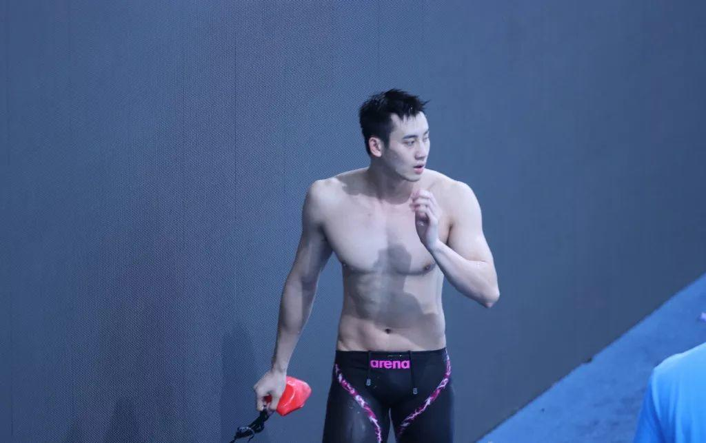 真看不出来,褪去衣物的他竟然是泳池小王子~【微博:趙先建_ 】
