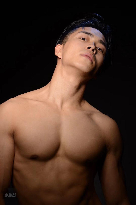 非主流少年完美逆袭,筋肉身材酷似海兰察【微博:Celvin同学】