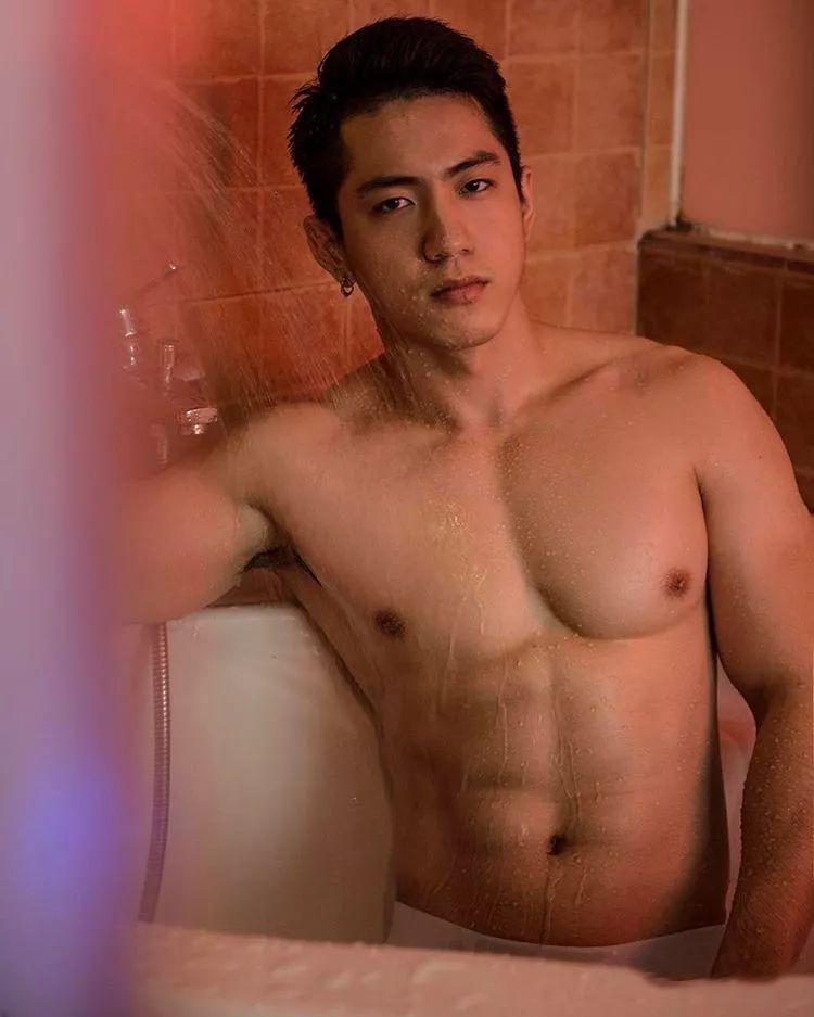 只穿内裤去操场健身的肌肉男浴室照更惊人!